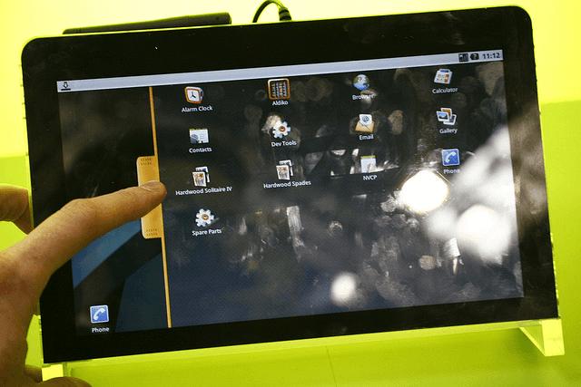 ekran tableta umrljan prstima